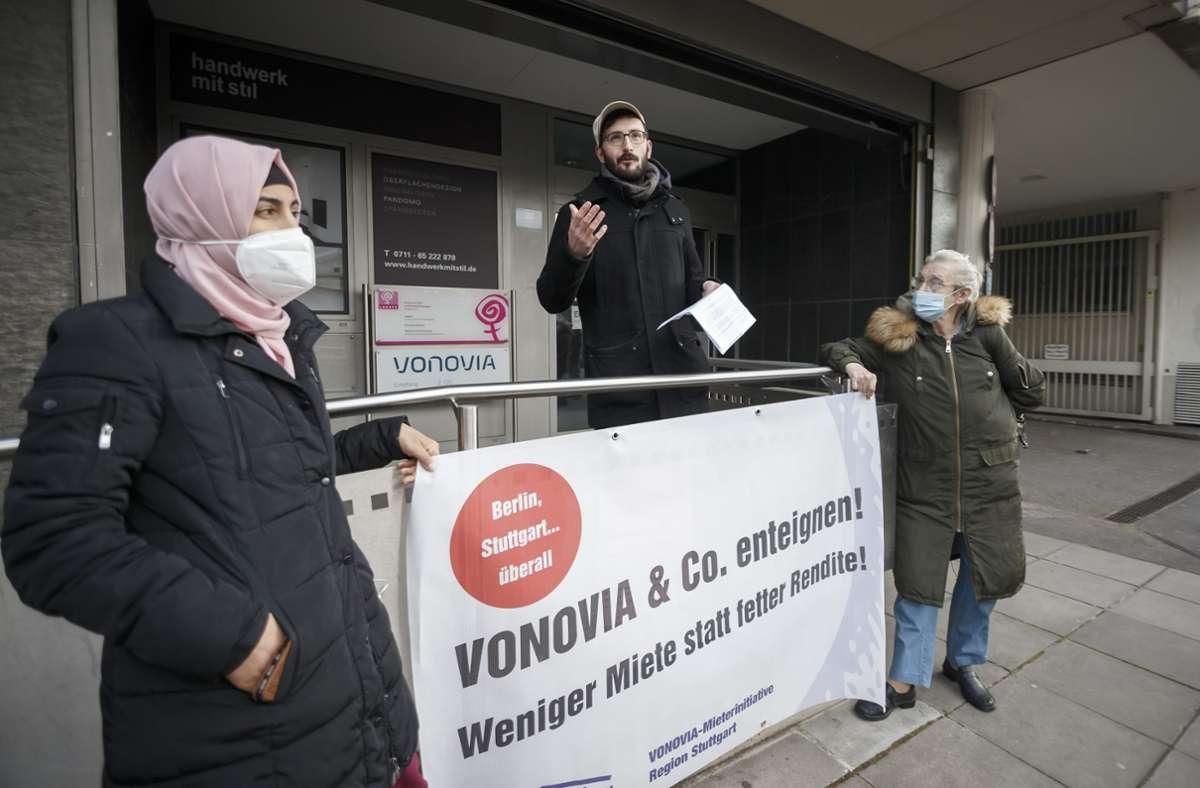 In der Summe kritisieren die Teilnehmer der Protestaktion vor allem falsche Nebenkostenabrechnungen, die mangelnde Instandhaltung der Gebäude und hohe Mietpreise. Foto: Julian Rettig/Julian Rettig