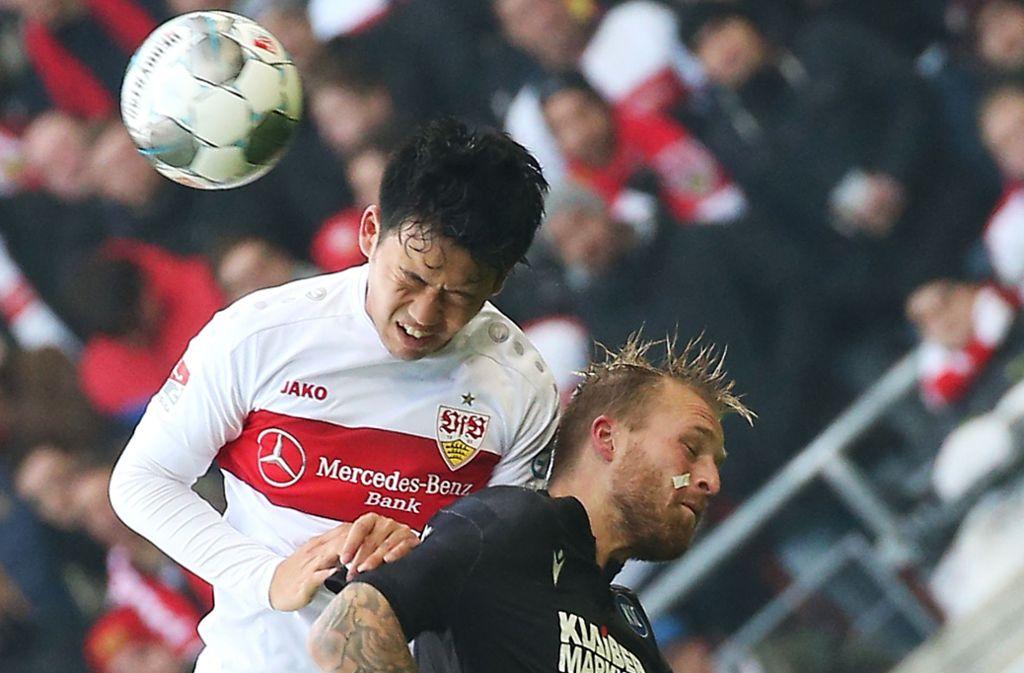 Voller Einsatz bei Wataru Endo (links) vom VfB Stuttgart im Derby gegen den Karlsruher SC. Foto: Pressefoto Baumann/Alexander Keppler