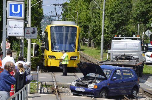 Auto kollidiert mit Stadtbahn
