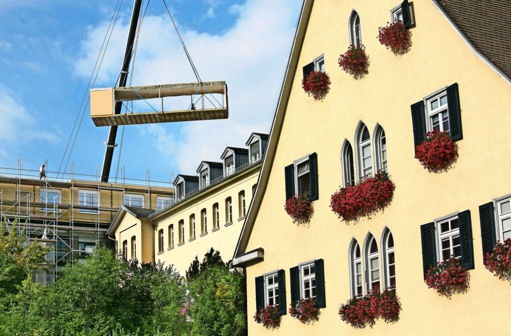Schwebende Rohbaucontainer über dem Christophsbad: das Haus 22 wurde aufgestockt. Foto: Horst Rudel