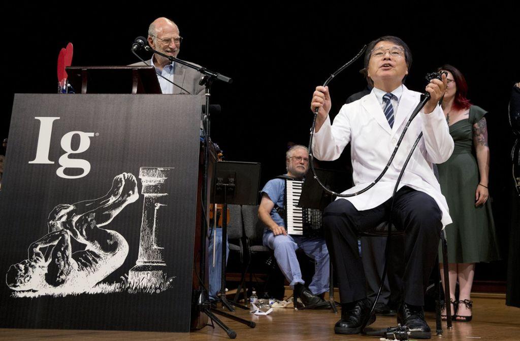 """Akira Horiuchi aus Japan wurde in der Kategorie medizinische Bildung ausgezeichnet für seinen Bericht """"Darmspiegelung im Sitzen: Lehren aus Selbst-Darmspiegelung"""". Foto: AP"""