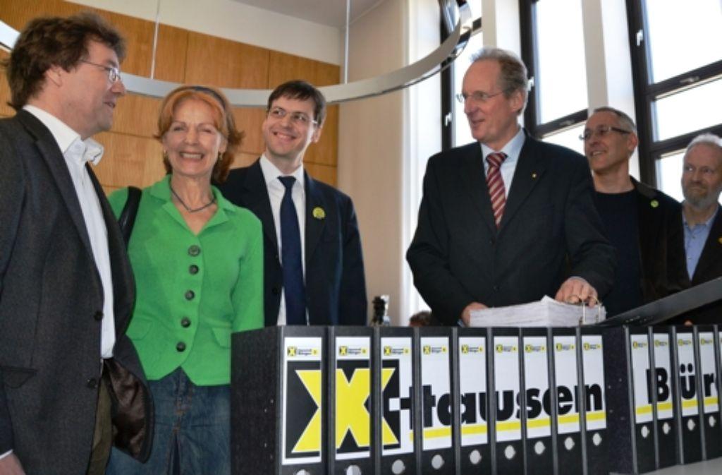 Die Initiatoren  übergeben 2011 dem damaligen Oberbürgermeister Schuster (Mitte) die Unterschriften des Bürgerbegehrens. Es sei unzulässig, hat nun auch der Verwaltungsgerichtshof Baden-Württemberg entschieden. Foto: Schlabach
