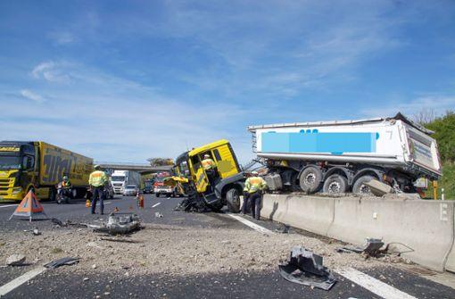 Lkw-Fahrer wird bewusstlos: Unfall auf A8