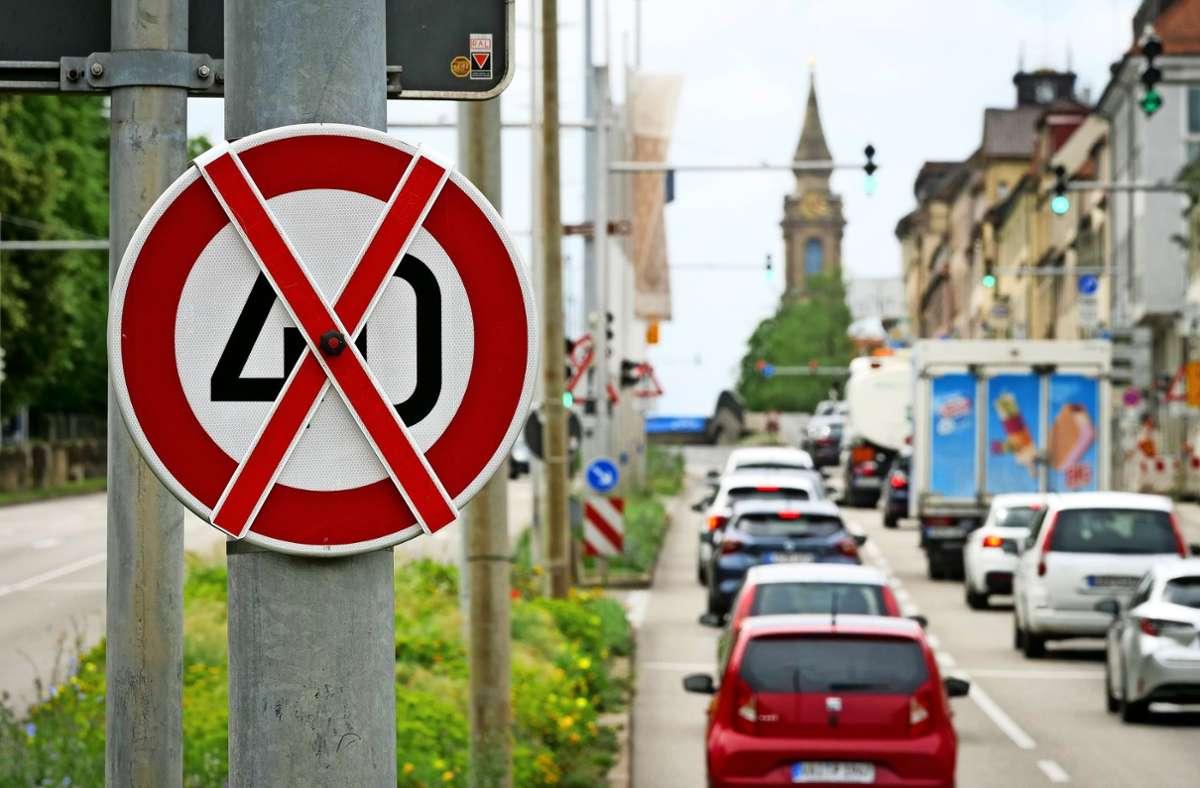 Noch sind sie ungültig: neue  Temposchilder an der Bundesstraße. Foto: factum/Simon Granville