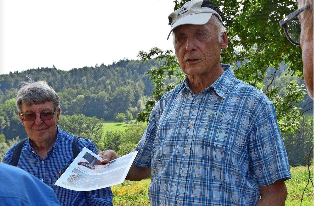 Reinhard Böcker (l.) und Eberhard Mayer zeigen den Teilnehmern  des Spaziergangs Bilder von Reptilien. Foto: Petra Mostbacher-Dix