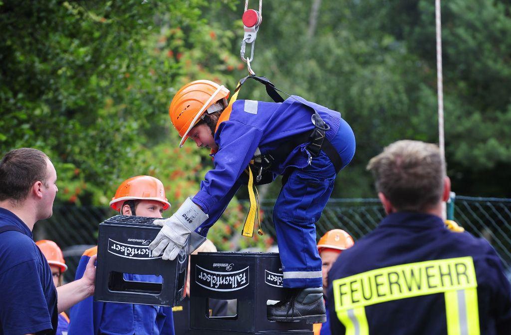 Auch Feuerwehrleute fangen klein an: wenn man elf Jahre alt ist, darf man loslegen. Foto: dapd