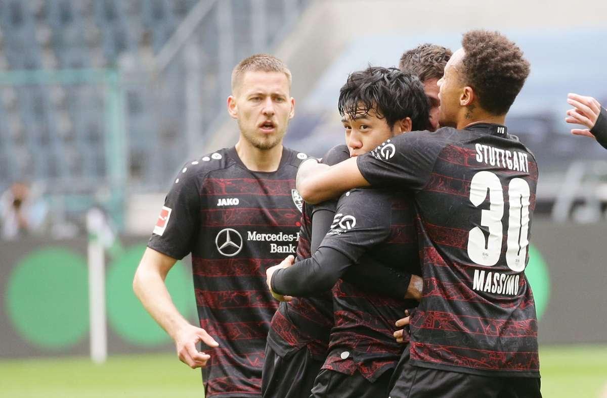 Wataru Endo (Bildmitte) brachte den VfB mit einem Traumtor auf die Siegerstraße in Mönchengladbach. Foto: Pressefoto Baumann
