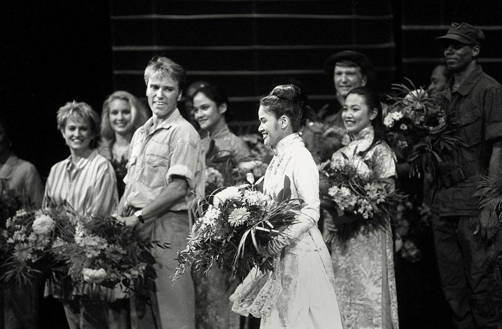 """Blumen beim Schlussapplaus der Premiere von """"Miss Saigon"""" am 2. Dezember 1994 in der damaligen Musical Hall:  Uwe Kröger und Aura Deva spielten die Hauptrollen. Foto: Thomas Hörner"""