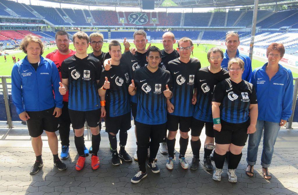 Die Nerven (links deren Bassist Julian Knoth) sponsern dieses Fußballteam der Caritas. Foto: privat