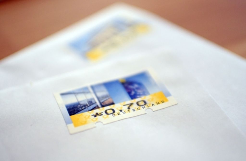 Von 2016 an müssen Postkunden 70 Cent auf einen Standardbrief kleben. Foto: dpa