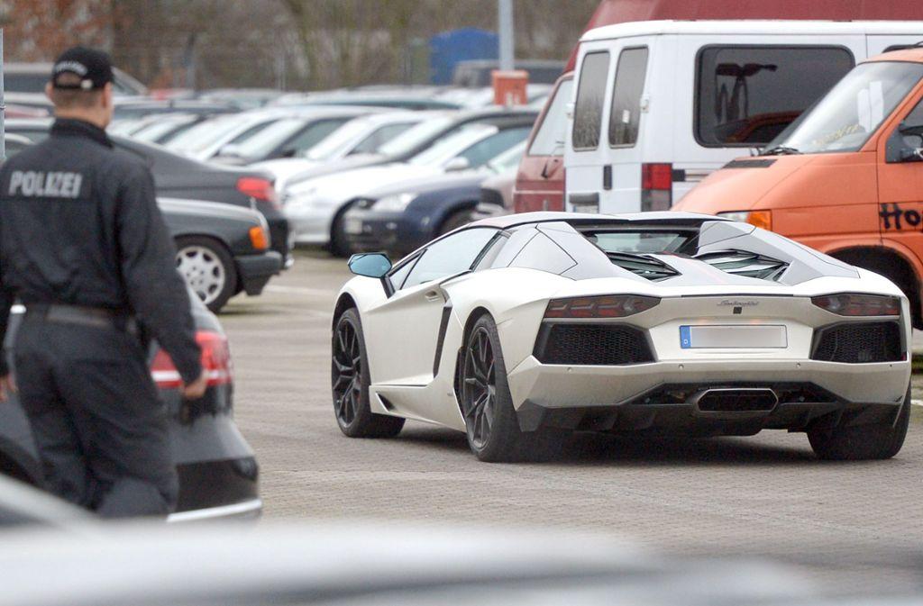 Die Polizei beobachtet den Lamborghini des ehemaligen Fußball-Profis Tim Wiese Foto: dpa