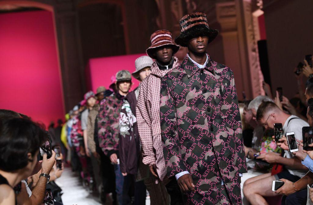 Designer Valentino zeigt bei der Paris Fashion Week die Trends für den kommenden Frühling. Foto: Getty Images Europe