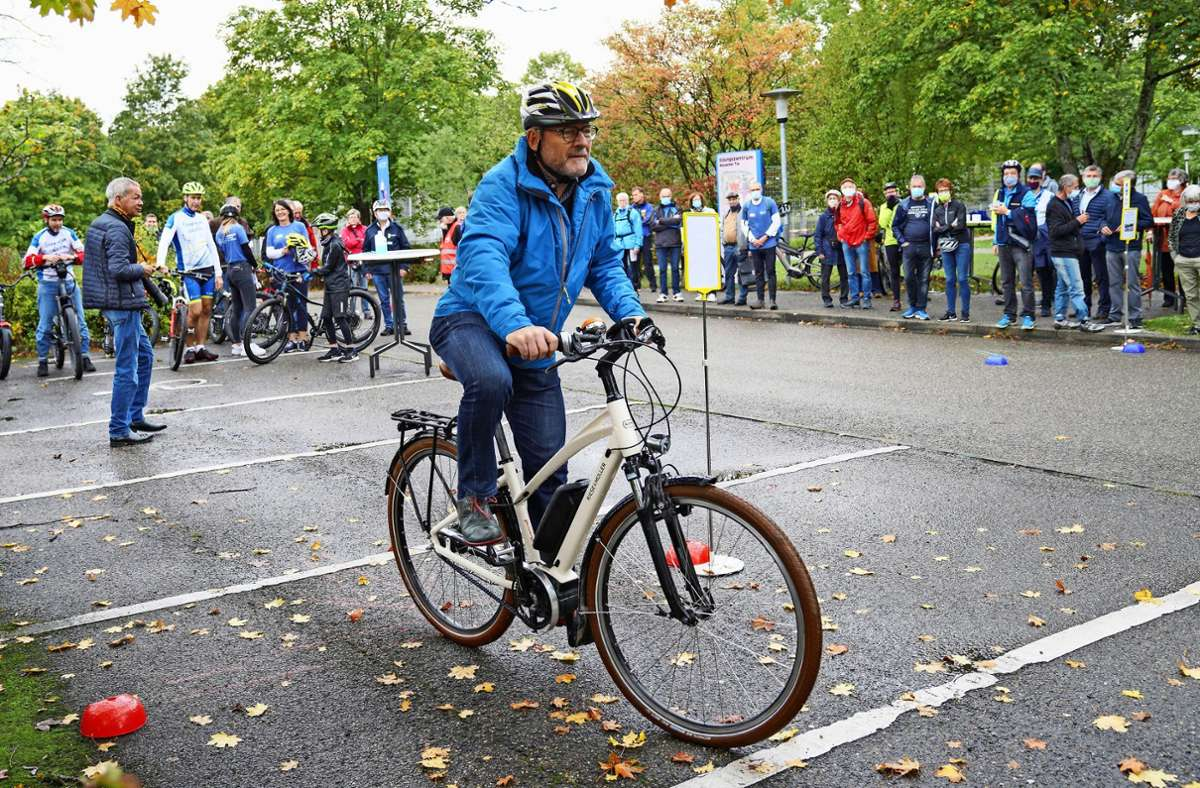 Auf dem Parkplatz vor der Weissacher Seeguthalle absolviert Verkehrsminister Winfried Hermann den Übungsparcours. Foto: Edgar Layher