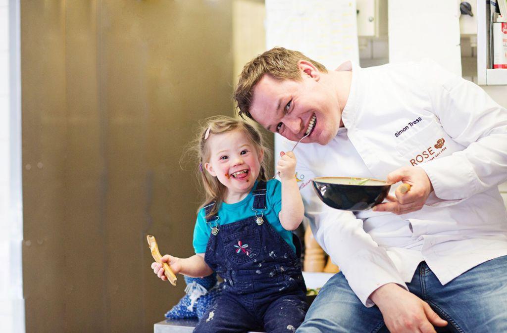Simon Tress posiert mit Anna. Foto: Conny Wenk/46plus