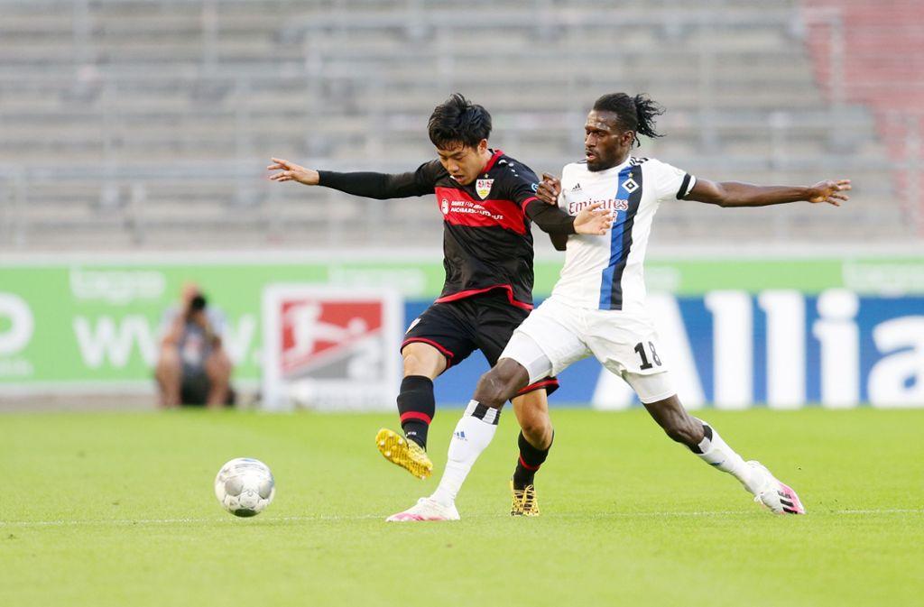 Wataru Endo (links) vom VfB Stuttgart erzielte das 1:2 gegen den HSV kurz nach der Pause. Foto: Pressefoto Baumann/Hansjürgen Britsch