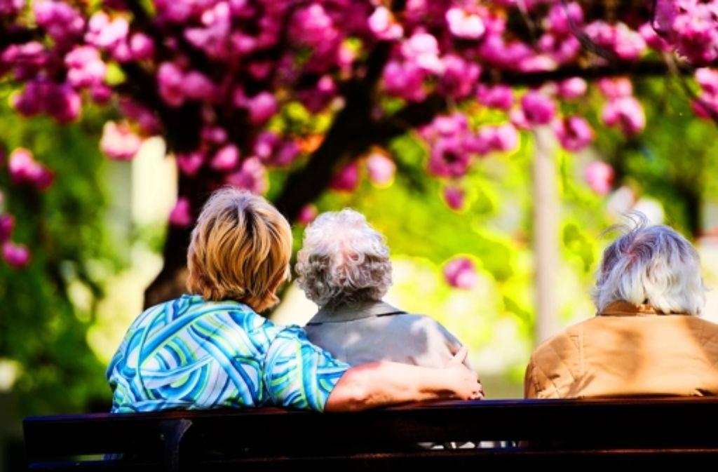 Die Zahl der Älteren wird rasant zunehmen, Erwerbstätige werden aber fehlen. Foto: dpa