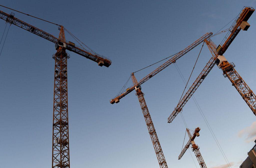 Wegen eines Baukrans muss die Landesstraße 1189 für eine Woche voll gesperrt werden. Foto: dpa