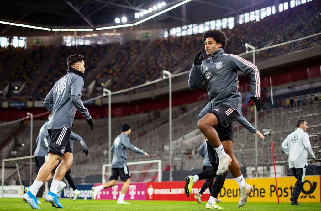 Die DFB-Elf macht sich für das Match gegen Weißrussland warm. Foto: dpa/Marius Becker
