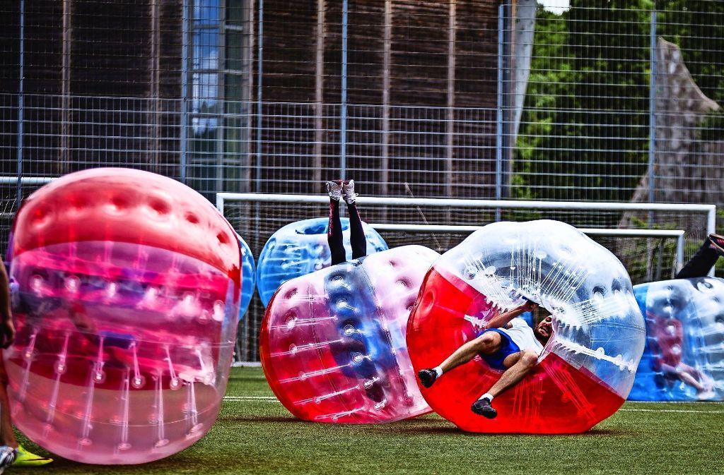Beim Bubble Soccer spielt man mitunter auch mal kopfüber Fußball. Foto: z/Patrick Schäfer