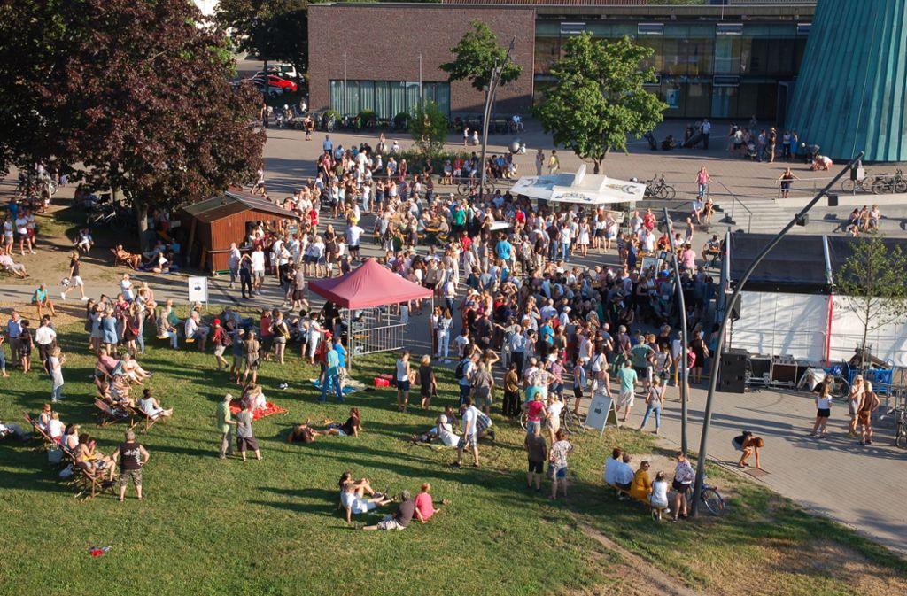 """Das Areal vor der Schwabenlandhalle und der Musikschule lockte viele Gäste  im Jahr 2019 zu """"Live im Park"""" . Foto: Sascha Schmierer"""