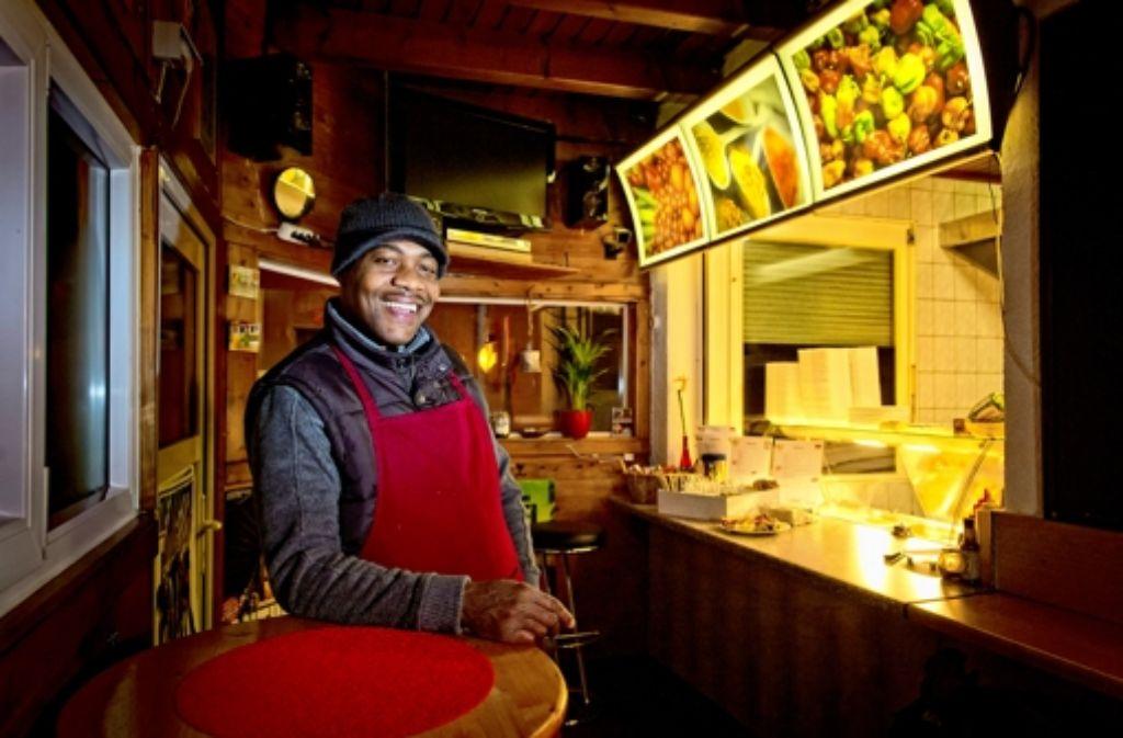 Grillt ein vorzüglich scharfes Hühnchen: Patrick Peart in seinem jamaikanischen Imbiss Patrick's Stop in Foto: Martin Stollberg