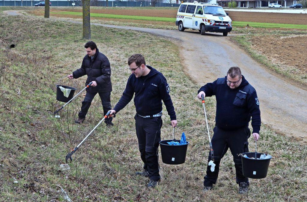 Daniel Wünsch, Markus Strobel  und Florian Laubengaier (von links) helfen bei der Markungsputzete von Filderstadt mit. Foto: Malte Klein