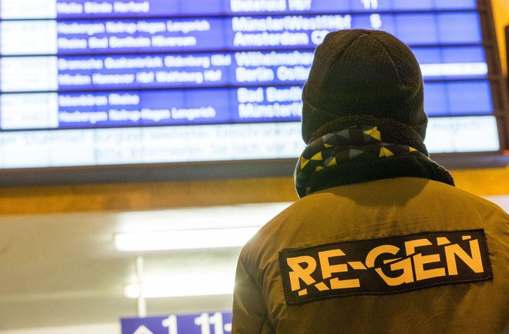 """Bei der Bahn kommt es nach Sturm """"Burglind"""" zu Behinderungen. Foto: dpa"""