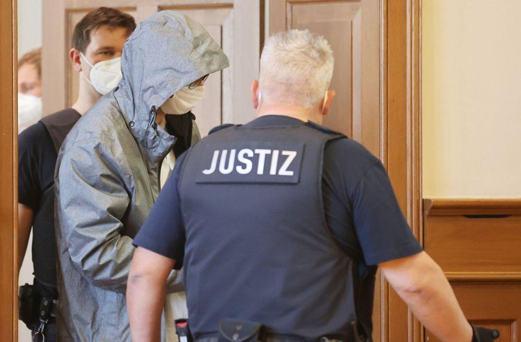 Ein Angeklagter wird in den Gerichtssaal geführt. Foto: dpa/Bodo Schackow