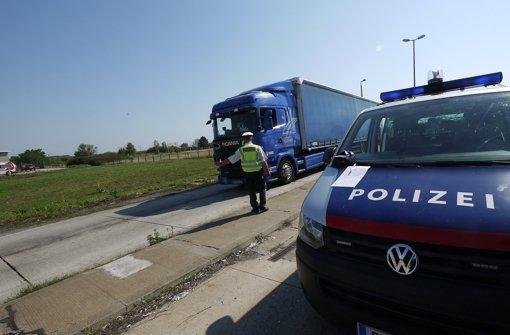 Polizei befreit Flüchtlinge aus Lkw
