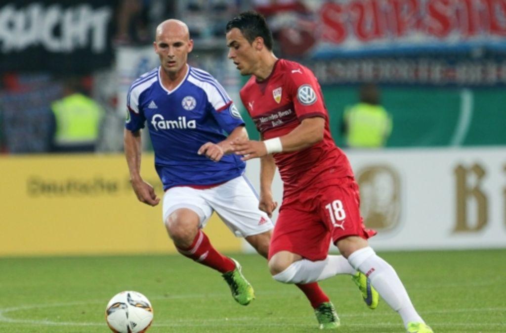 Der VfB hofft, dass Filip Kostic (rechts) schon bald wieder zu seinen Sturmläufen ansetzt. Foto: dpa
