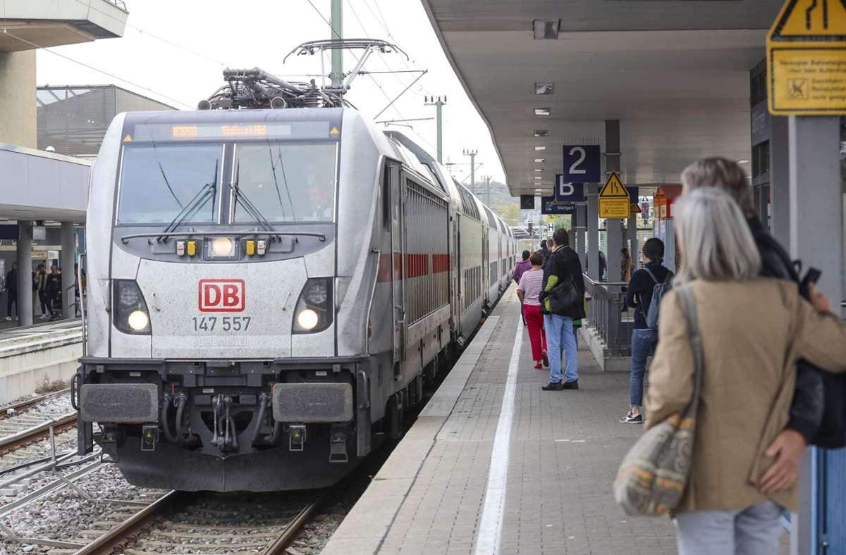 Ein Zug der Gäubahn hält im Bahnhof Böblingen. Foto: factum/Simon Granville