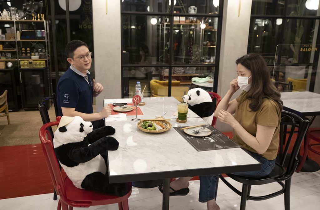 """Nein, diese Gäste im Restaurant """"Maison Saigon"""" in Bangkok haben nicht ihre Kuscheltiere mit zum Essen gebracht. Die Bären hat der Betreiber platziert. Unsere Bilderstrecke zeigt, mit welchen Ideen Gastronomen aus aller Welt für Abstand zwischen ihren Gästen sorgen wollen. Foto: AP/Sakchai Lalit"""
