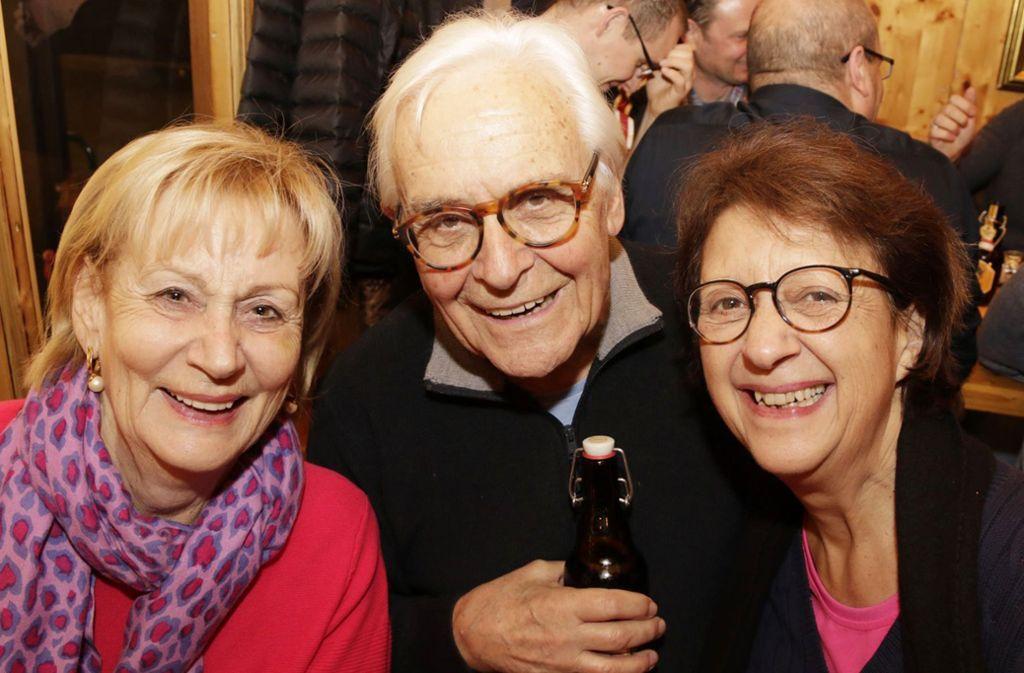 Volker Lang, die Stimme des Pferdle, mit der Schauspielerin Monika Hirschle (rechts) und Maria Kaiser vom Prositutiertencáfé La Strada auf dem Stuttgarter Weihnachtsmarkt. Foto: Klaus Schnaidt