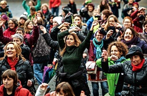 Mehrere hundert Menschen tanzten auf dem Marktplatz gegen sexuelle Übergriffe. Foto: Lichtgut/Leif Piechowski