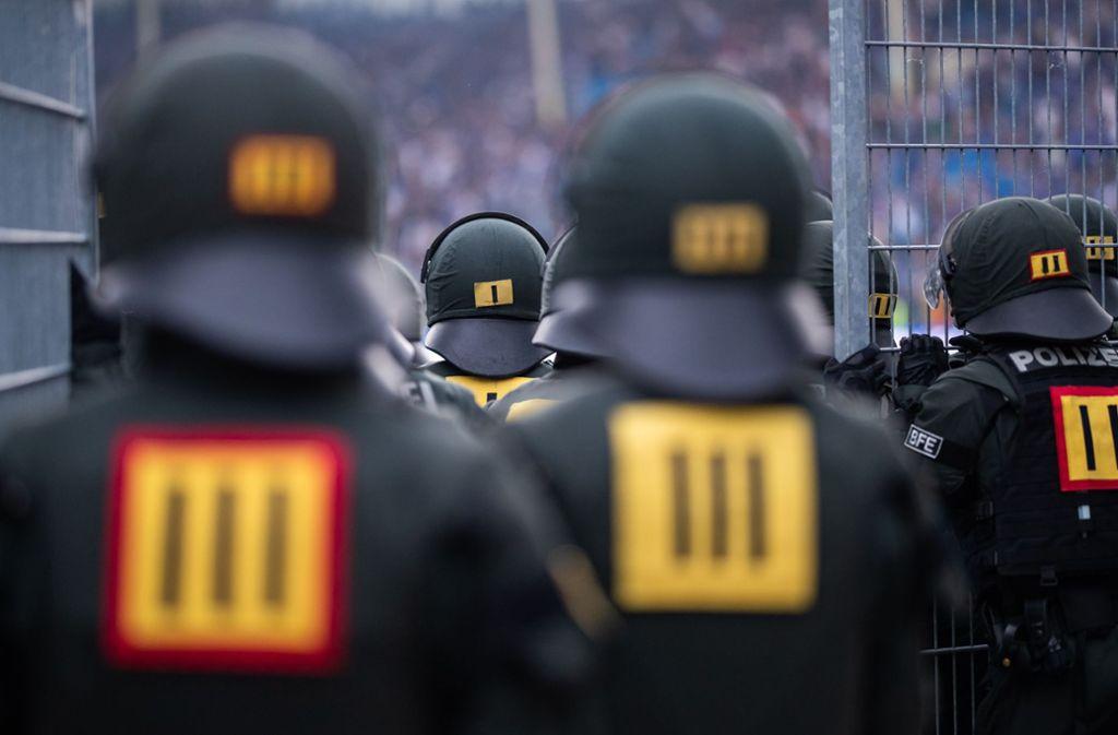 Sicherheitskräfte hatten bei dem Relegationsspiel in Mannheim einiges zu tun. Foto: Bongarts