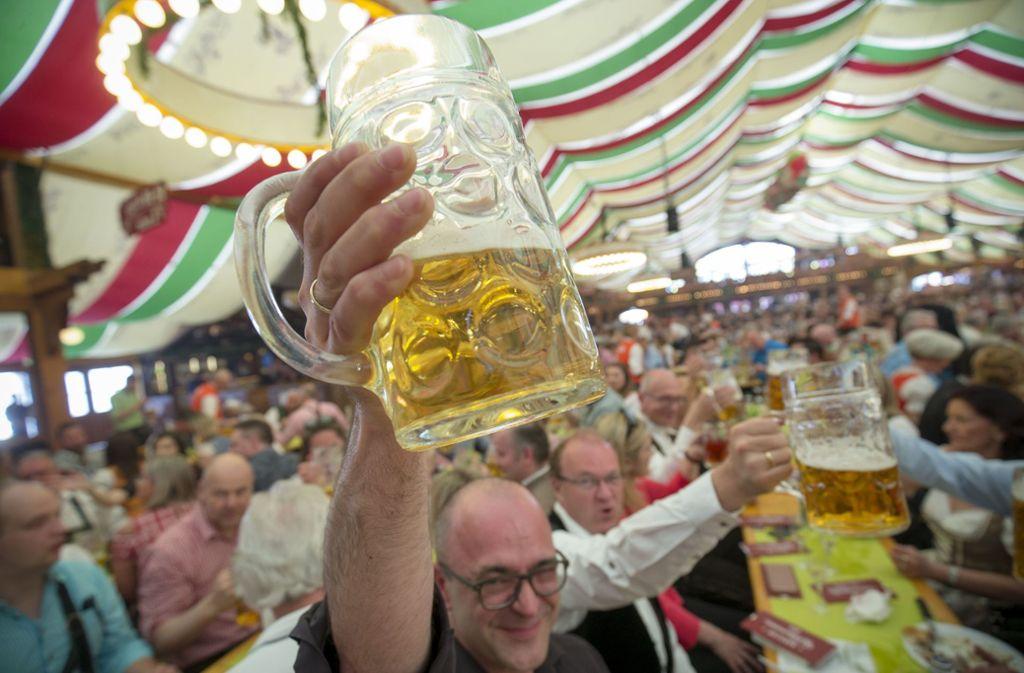 Mit dem Rekordpreis liegen die Wirte in Stuttgart immer noch unter dem Preis, der auf dem Oktoberfest in München für die Maß fällig ist. (Symbolbild) Foto: Leif Piechowski/LICHTGUT/Leif Piechowski