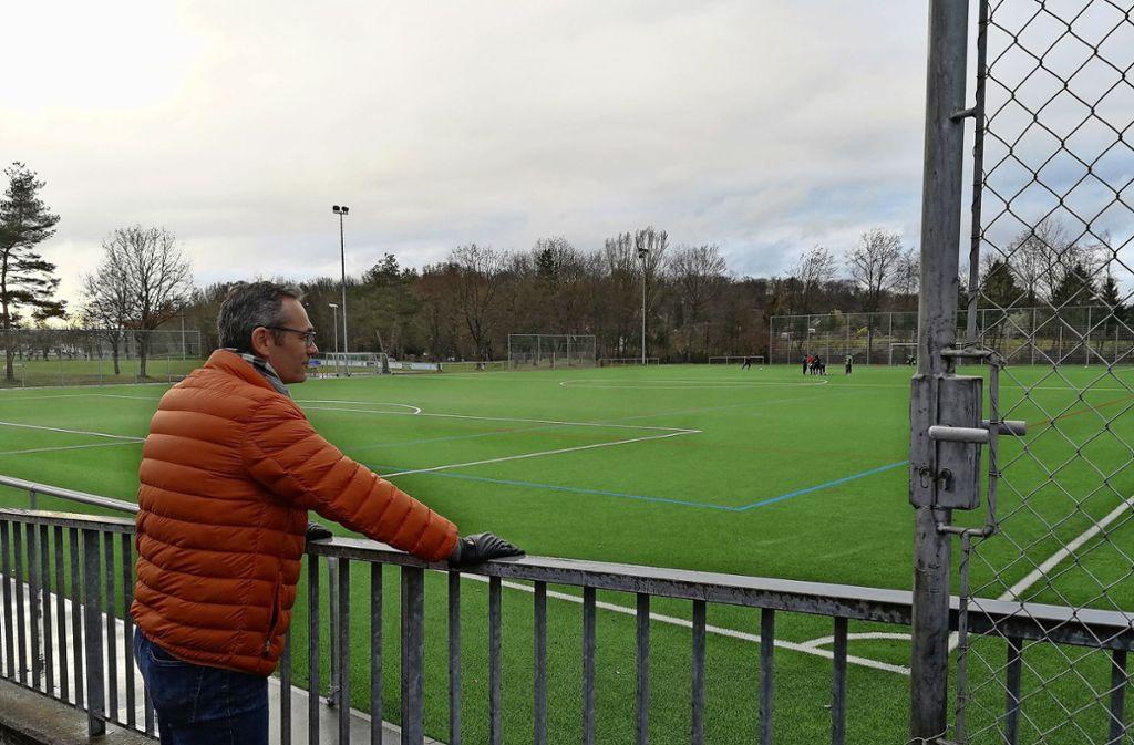 Der Vize-Vorstand der Sportgemeinde Weilimdorf, Lothar Barth, sieht den erstellten Geländeplan als Diskussionsgrundlage. Foto: Marta Popowska