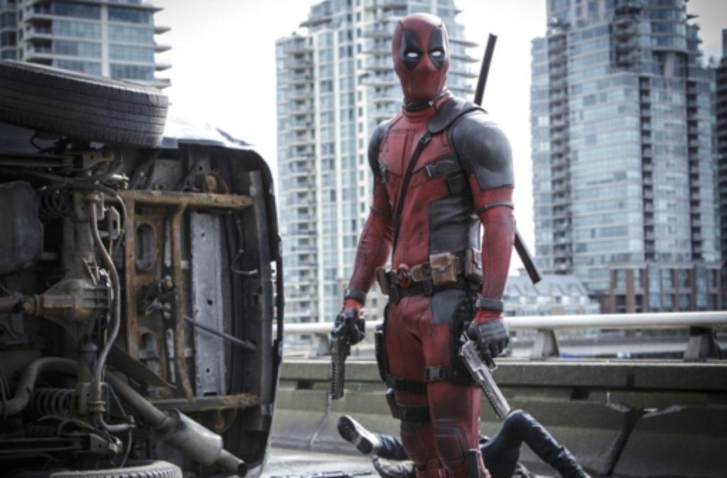 Deadpool (Ryan Reynolds) fühlt sich nicht wie mancher andere kostümierte Tausendsassa an die Regeln der Fairness und des Edelmuts gebunden. Foto: