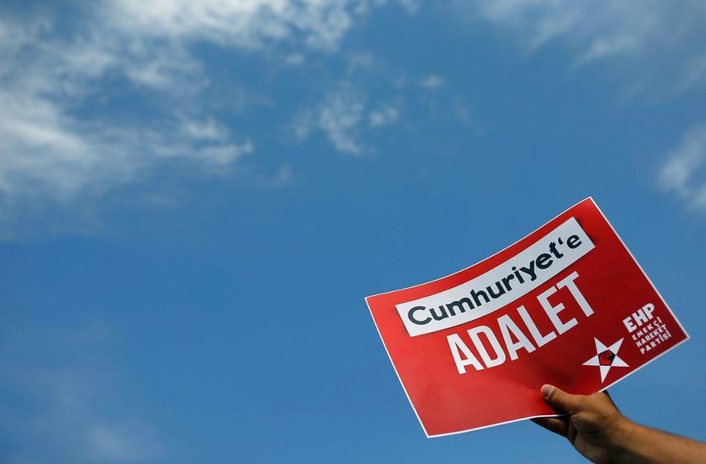 """Immer wieder haben Demonstranten gegen die Verhaftung der """"Cumhuriyet""""-Journalisten demonstriert. Foto: AP"""