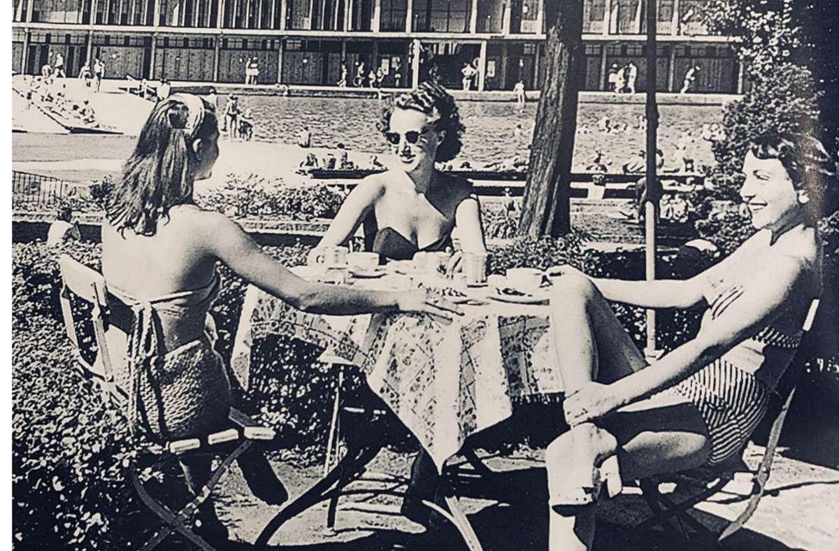 Grazien der Fünfziger  im Mineralbad Berg ließen sich für eine Werbepostkarte fotografieren. Foto: Blankenhorn