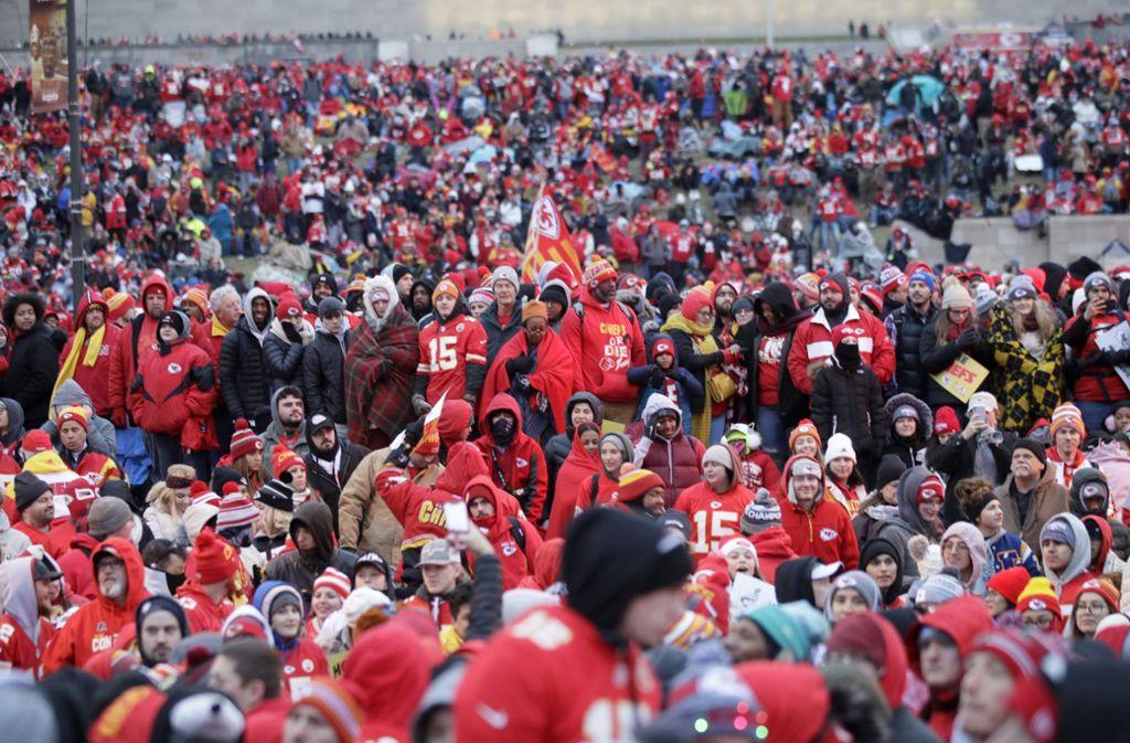 Zehntausende feierten ihre Super-Bowl-Helden aus Kansas City. Foto: AP/Orlin Wagner