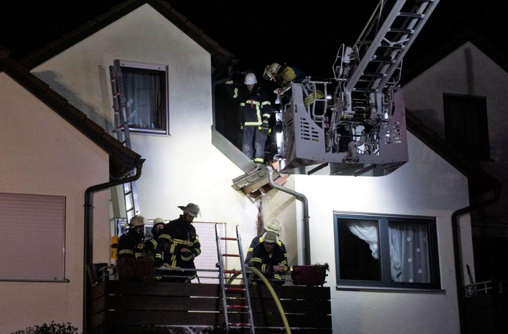 In der Nacht auf Dienstag ist  die Feuerwehr zum Brand eines Reihenhauses nach Neckartailfingen ausgerückt. Foto: SDMG