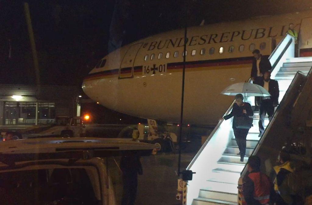 Alle wieder raus – das Flugzeug der Kanzlerin kann nicht weiter fliegen. Foto: dpa