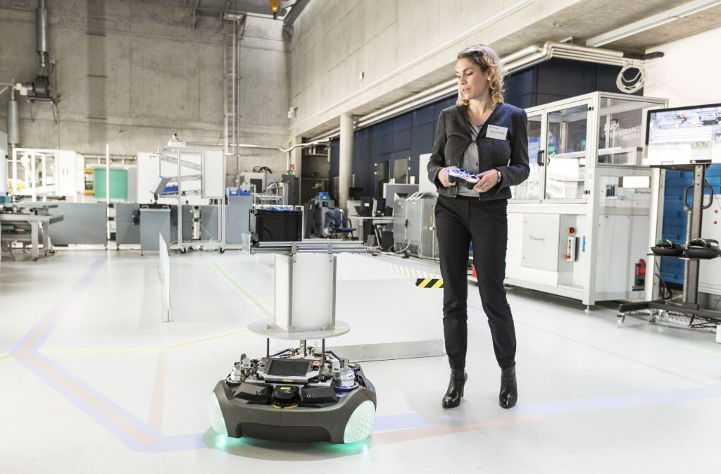 Petra Foith-Förster steuert einen Roboter. Dabei könnte er seinen Weg auch selbst finden. Foto: Fraunhofer IPA / IFF Universität Stuttgart