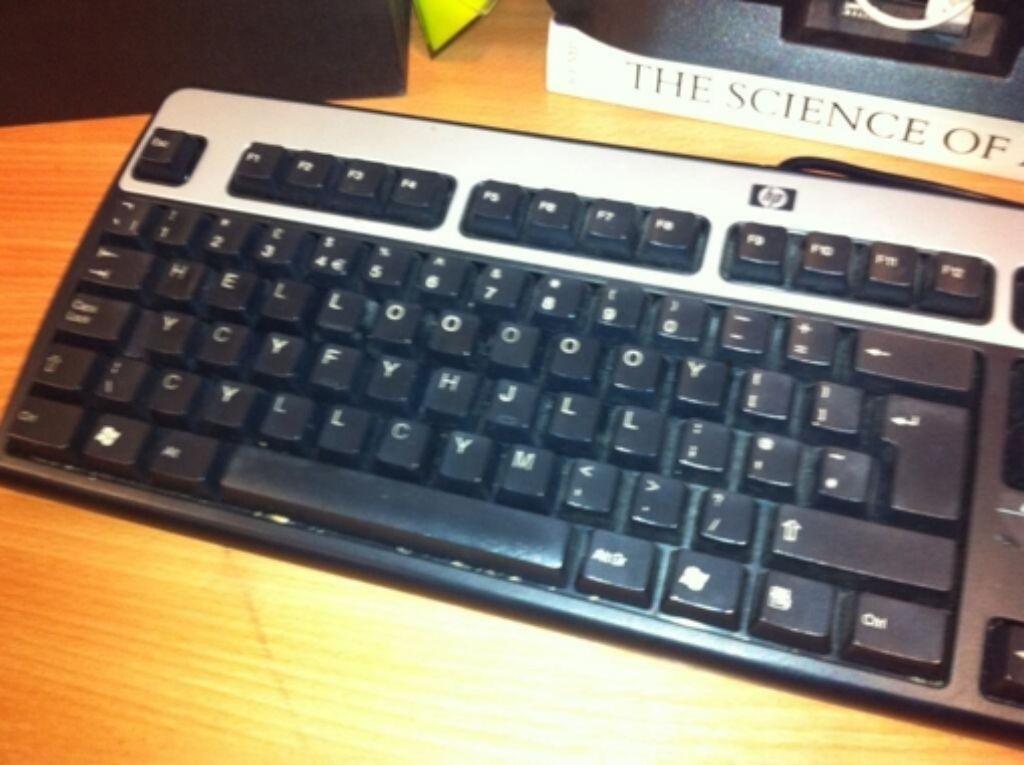 In der Tastatur des Kollegen die Buchstaben zu verändern, ist noch vergleichsweise leicht zu beichten. Andere Nutzer haben unter #sciconfessions wesentlich größere Sünden gestanden. Foto: Pete Etchells via Twitter