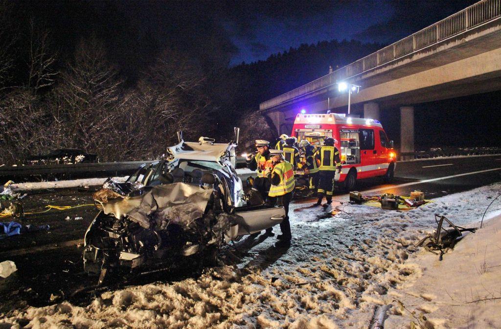 Dreimal musste die Polizei die Brücke über der Unglücksstelle von Gaffern räumen Foto: imago stock&people