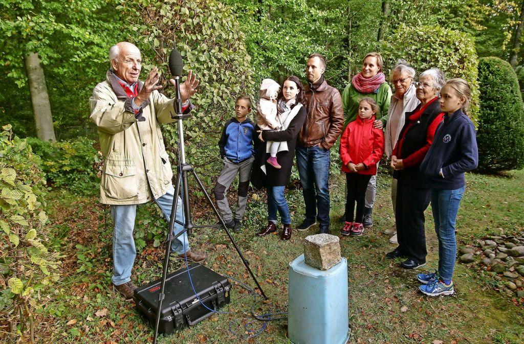 Lärmgeplagte Anwohner begutachten eine Schallmessungsanlage der Bundeswehr im Garten von Ulrich Durst (links). Foto: factum/Bach