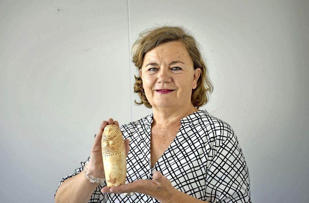 Christa Reuschle-Grundmann mit ihrer   Göttin aus Südtirol Foto: Lg/Kovalenko
