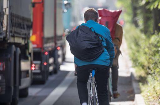 Diese Abstände müssen beim Überholen von Radfahrern eingehalten werden. Alles über die Abstände und die neuen Regeln.