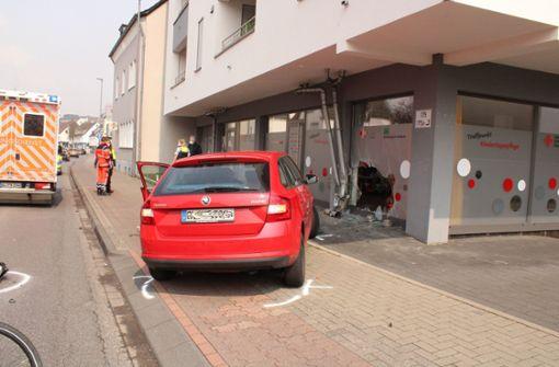 Frau  rast mit Auto in Glasfassade einer Kita